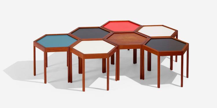 Ett set om sju mindre bord av Hans Andersen från 1960 tillverkade för Artek ropas ut för 2-3 000 dollar.