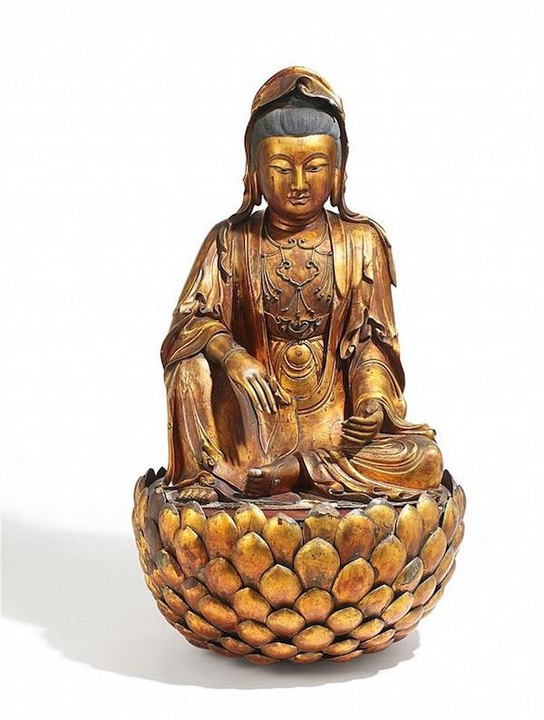 Stor figurin avGuanyin i trä med förgyllt lack, lera ochhampa. H: 131 cm, 1700-1800-tal. Utropspris: 1,3 -1,8 miljoner kronor.