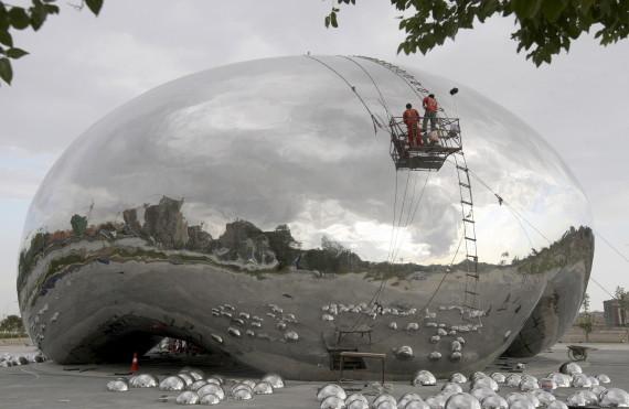 La sculpture incriminée est toujours en construction en Chine Photo: Reuters le 9 août 2015