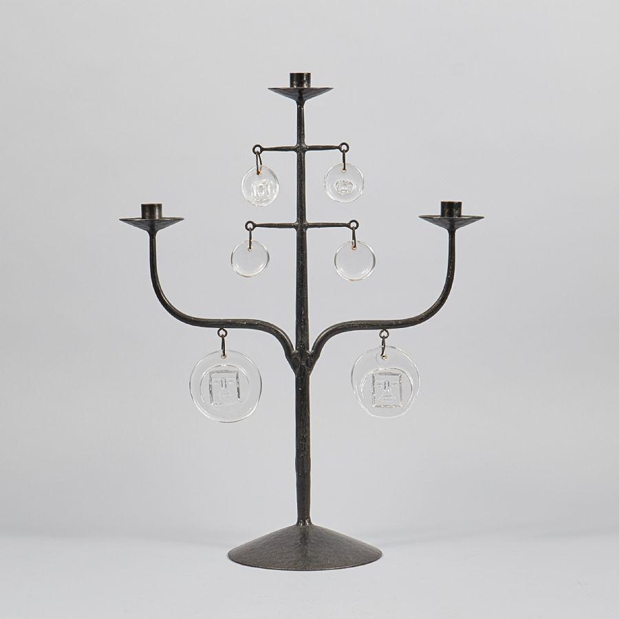 Ljusstake nr 1011 2065 Erik Höglund (1932-1998), smide, höjd: 58 cm, flisa saknas på ett hänge. Utrop: 2,000 Sek. Metropol auktioner