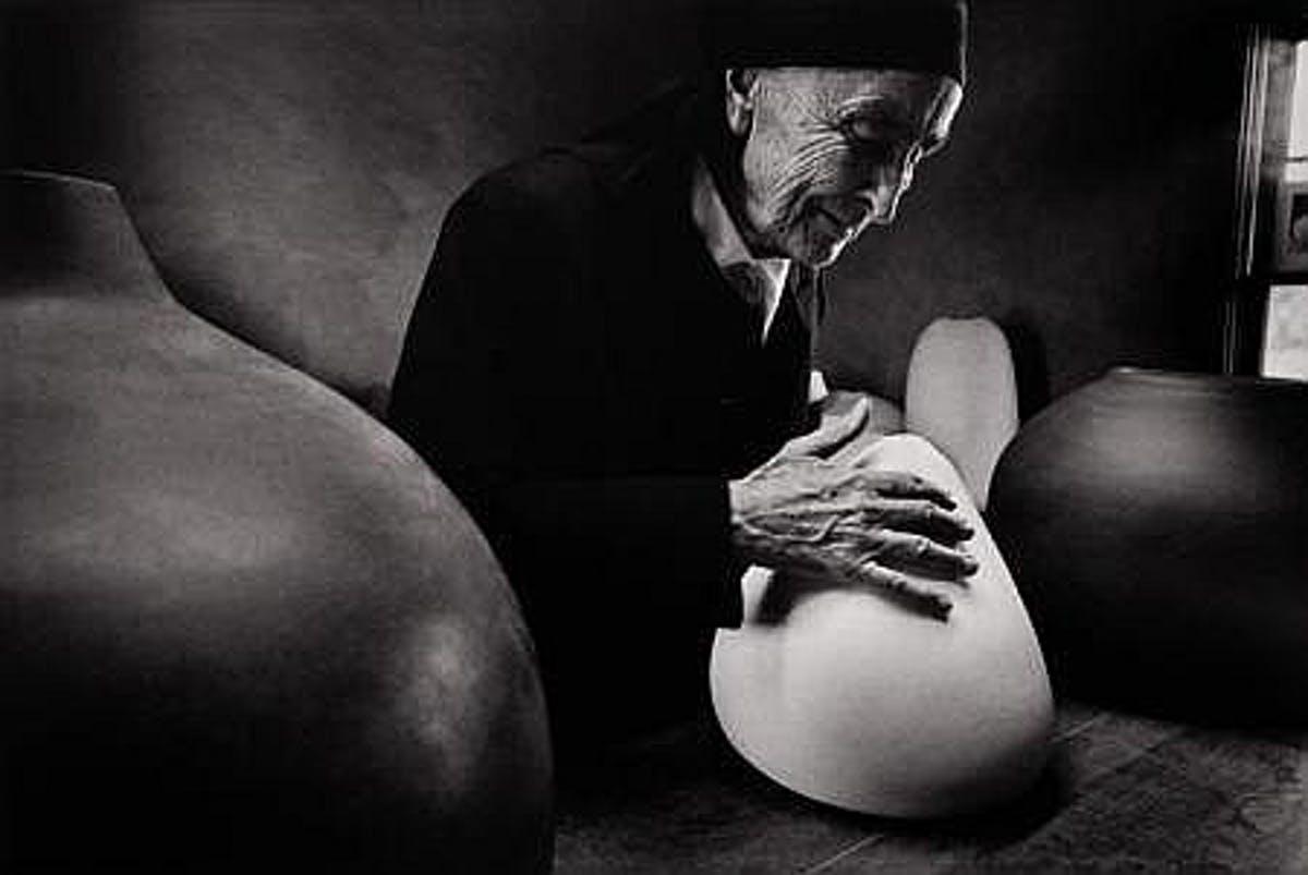 DAN BUDNIK. Georgia O'Keeffe en Ghost Ranch con las piezas de Juan Hamilton. Nuevo México (1972).