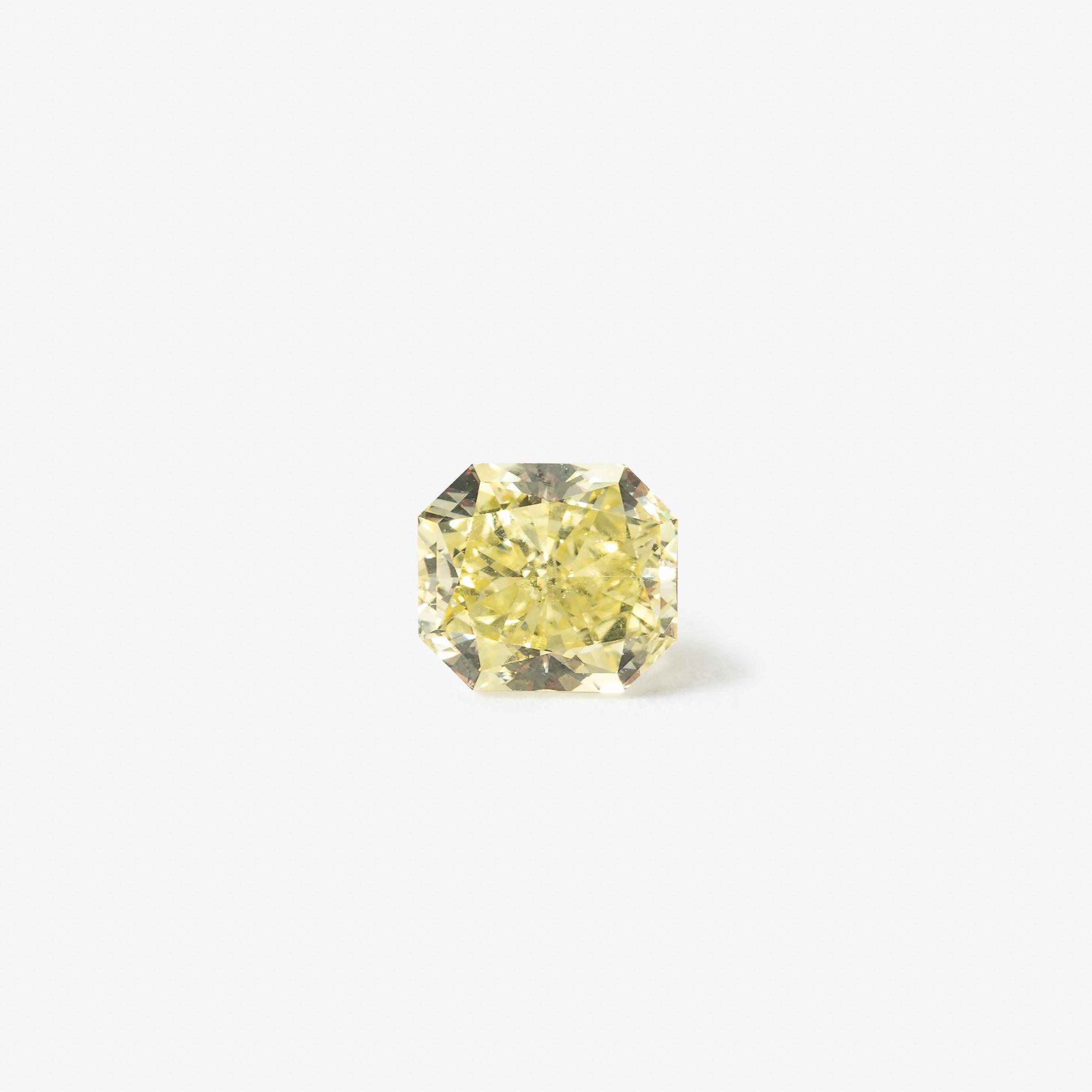 Diamant im rechteckigen Brillantschliff von 1,15 ct GIA-Zertifikat: Cut-Cornered Rectangular Modified Brilliant, Natural, Fancy Intense Yellow, Even, VSI, numbered GIA 2155133729, 20. Juni 2015 Schätzpreis: 6.000-8.000 Euro