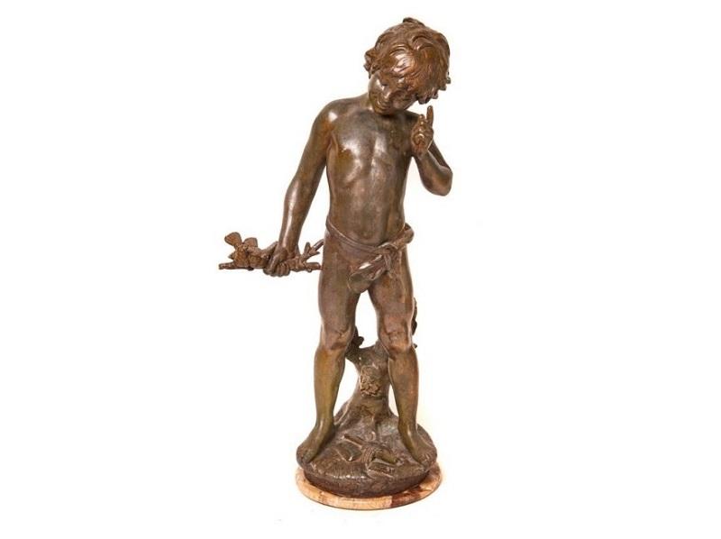 Escultura en calamina sobre peana en mármol de AUGUSTE MOREAU. Cupido