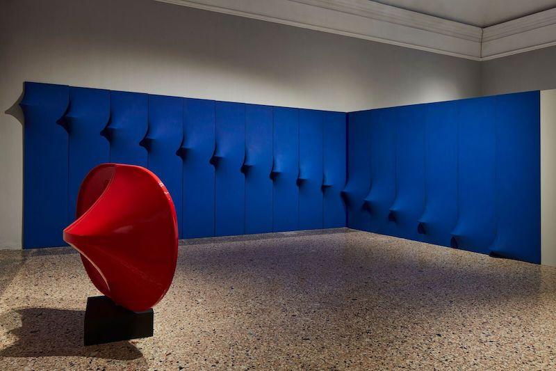 Una veduta della prima sala della mostra a Palazzo Reale. © ALTO//PIANO – Foto Agostino Osio