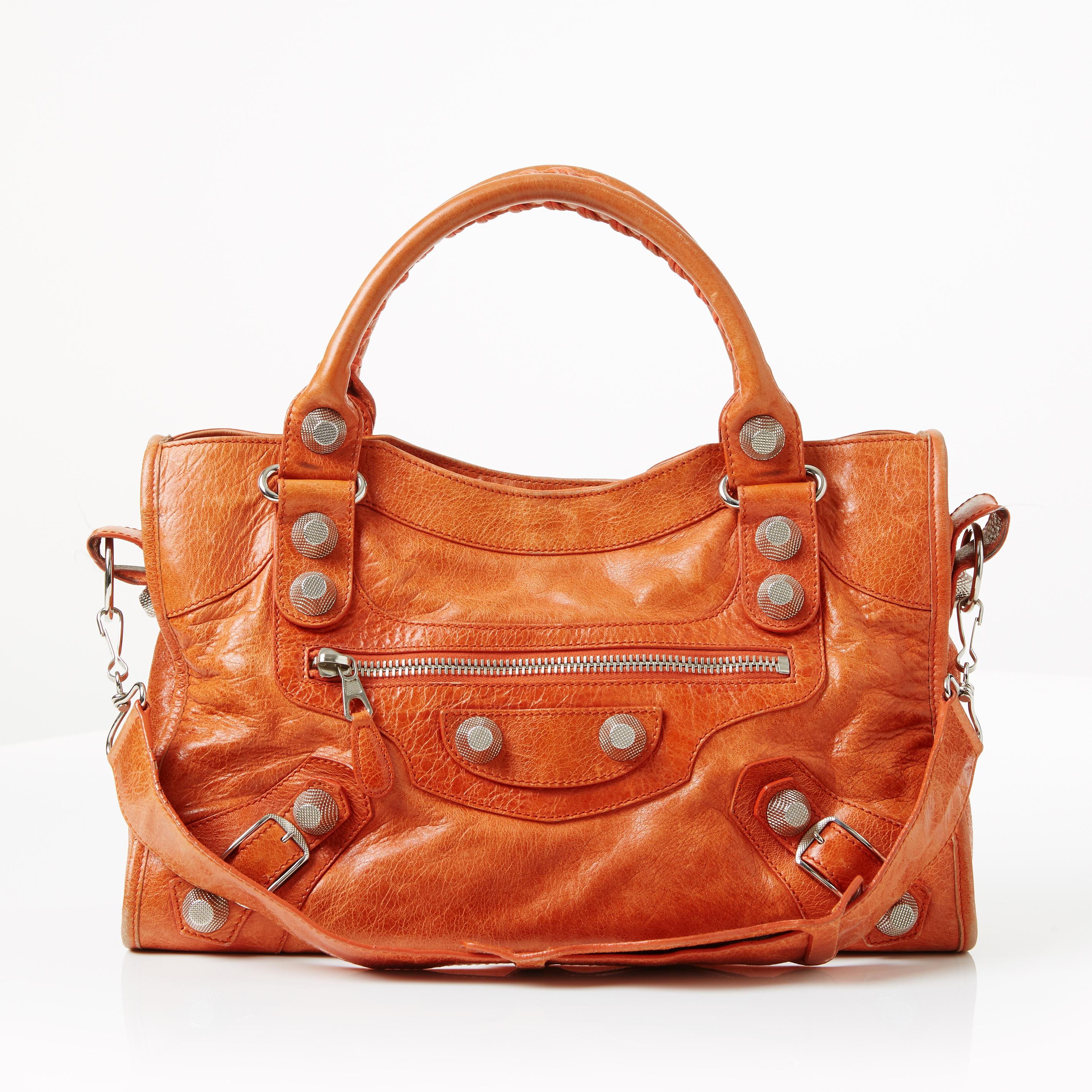 BALENCIAGA, handväska Giant Silver City i orange mjukt lammskinn med nitar och spännen i vitmetall. Bild: Stockholms Auktionsverk