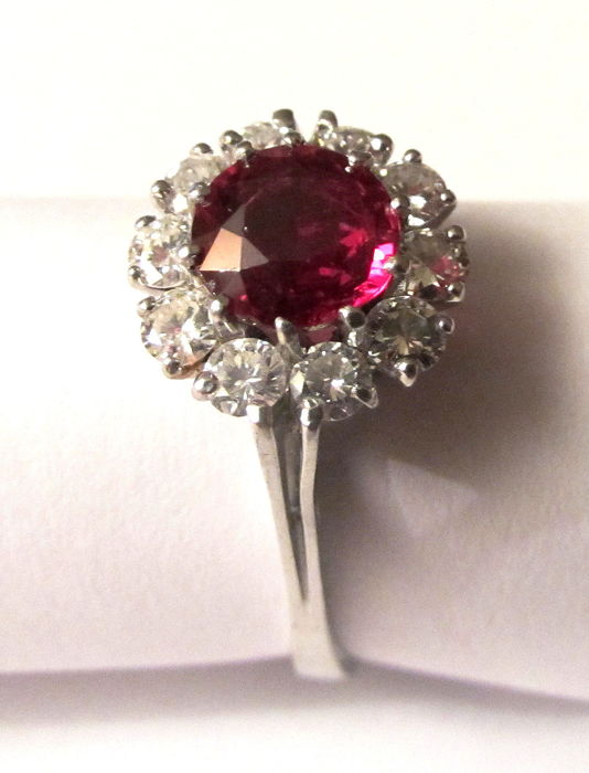 Ring med rubin, ca 1,6 karat och diamanter, 0,8 karat. Vitt guld. Utropspris: 26 000 Sek. Catawiki