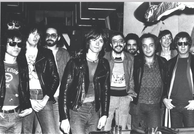 Seymour Sein dans les années 1970, deuxième en partant de la droite, au premier rang
