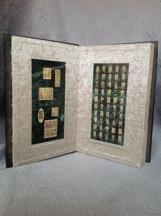 Bok med beläggningari grön jade och inristade buddhistmotiv, Kina, 19/2000-tal. Slutpris: 66 600 kronor.
