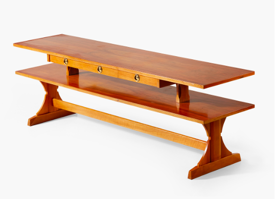 Inte bara antikt. Biblioteksbordet av Josef Frank tillverkat för Svenskt Tenn med modellnummer 2226, är formgivet omrking 1950-55. Det vackra träslaget är valnöt. Utropet är 100 000-125 000 kronor
