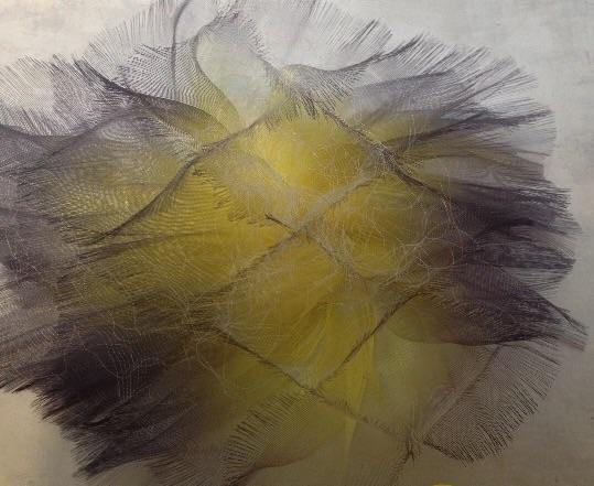 Mirjam Hemströms skira skulpturer vävda av tunn polyestertråd som skimrar och andas.