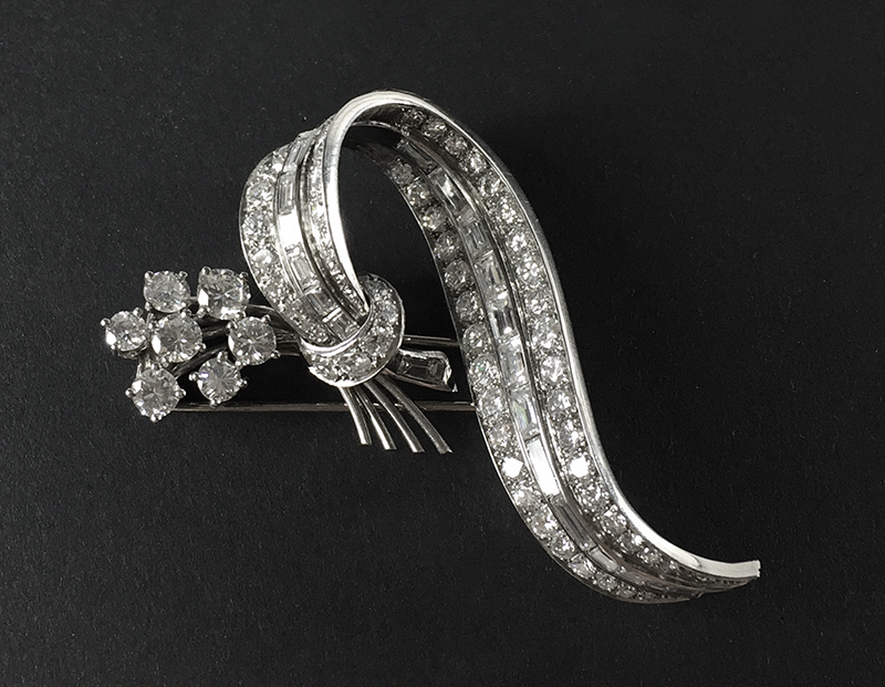 Brosche aus WG mit 90 Diamanten im Brillant-, 8/8- und Baguetteschliff Limitpreis: 4.500 EUR