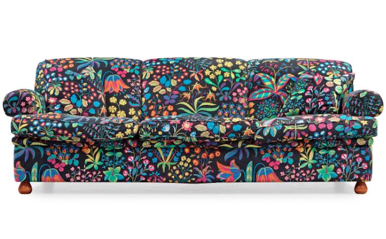 """Det finns flera soffor av Josef Frank och Svenskt Tenn på Barnebys. Den här är soffa modell 703, klädd i Josef Franks tyg """"Under ekvatorn"""". Utrop är 20-25 000 kronor på Bukowskis Moderna auktion"""