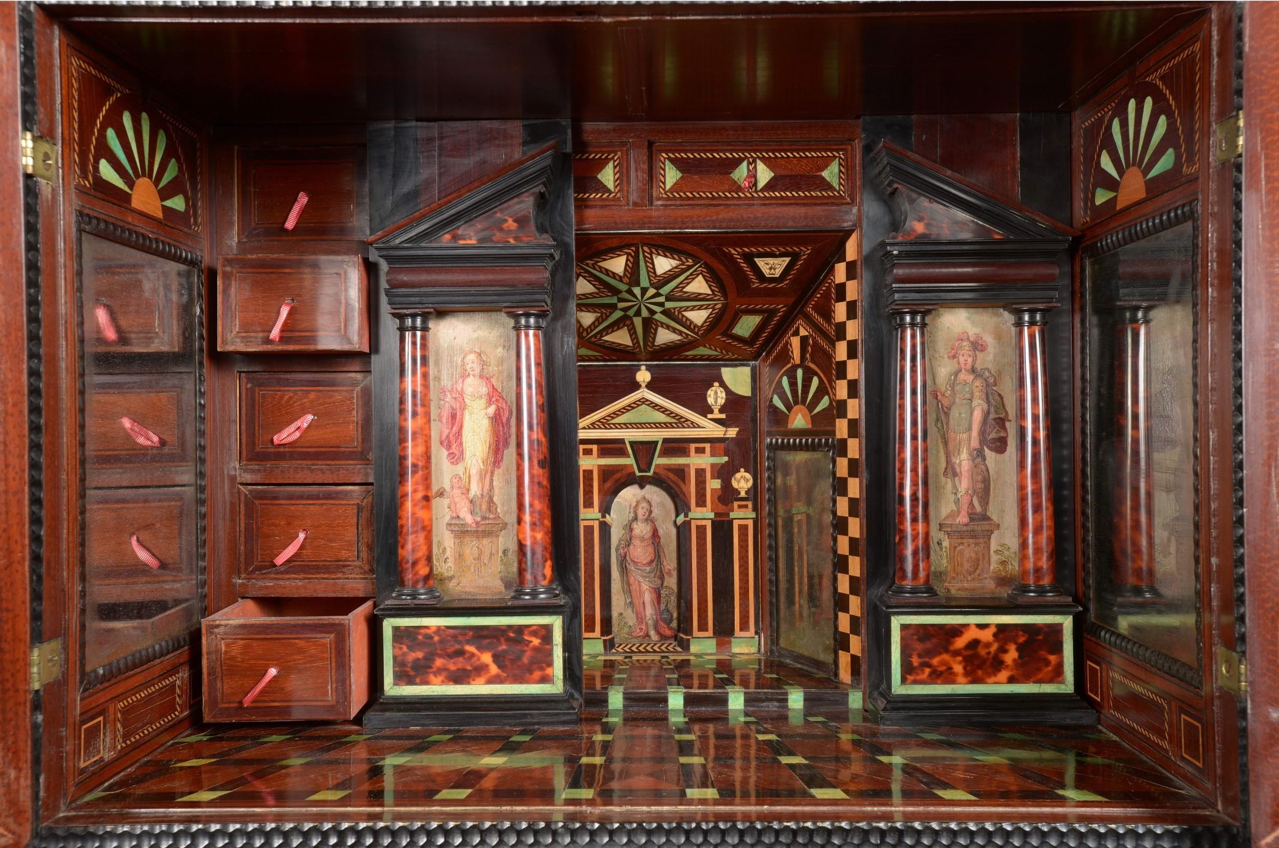 Intérieur cabinet à deux corps en ébène sculpté, image ©HVMC
