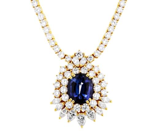 Collier aus GG mit Saphir (ca. 8,38 ct) und 75 Brillanten (zus. 8,52 ct) und weiteren Diamanten (zus. ca. 2,40 ct)