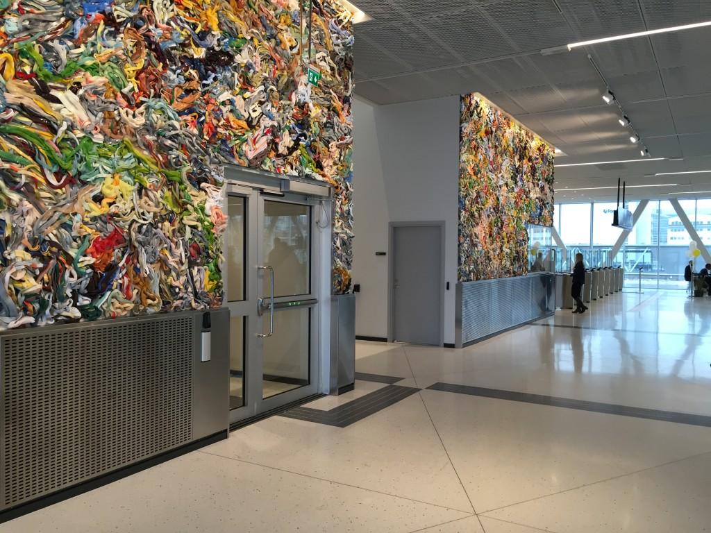 """Matthias van Arkels central placerade silikon verk """"Cut Open Strip Painting"""" i den nybyggda Värtaterminalen."""