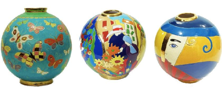 """Links: Kugelvase """"Thais"""", Manufaktur Emaux de Longwy, Frankreich, 20. Jh. Mitte: Kugelvase """"Manosque"""", Manufaktur Les Recollets, Frankreich Rechts: Kugelvase """"Vertigo"""", Manufaktur Les Recollets, Frankreich"""