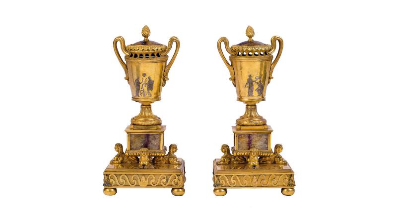 Brûleurs d'encens en bronze doré avec des inserts Blue John en forme d'amphore blanche et couvercle de style néoclassique, image ©Della Rocca