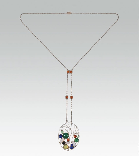 JOSEF HOFFMANN (Pirnitz 1870 - 1956 Wien) - Anhänger mit Kette aus Silber mit verschiedenen Schmuckstein-Cabochons, Wiener Werkstätte 1903 Schätzpreis: 150.000-300.000 EUR
