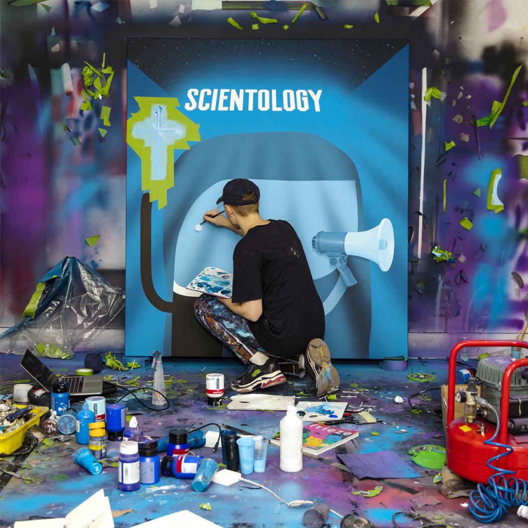 Oli Epp dans son atelier avec « The Minister », 2019, huile, acrylique et bombe de peinture sur toile, image publiée avec la permission de l'artiste et de la galerie Richard Heller