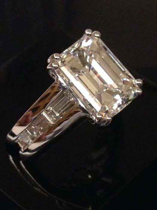 Anillo solitario en oro blanco con diamantes