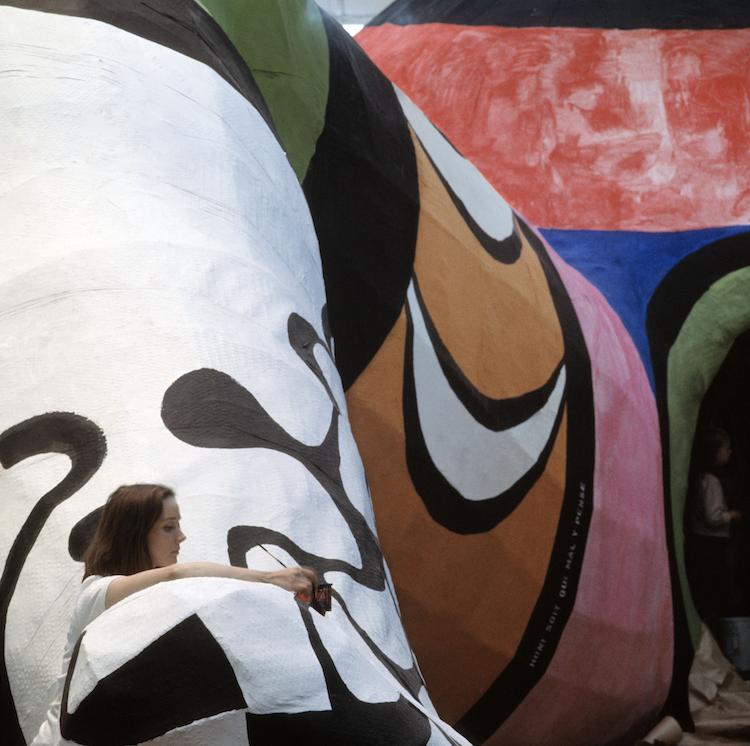 """Niki de Saint Phalle arbetar med """"Hon, en katedral"""" på plats på dåvarande Moderna Museet"""
