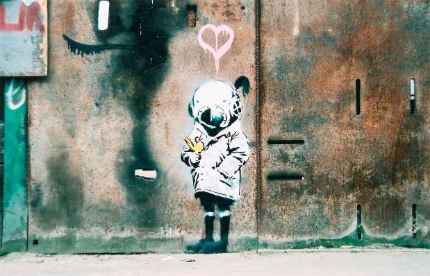 """""""Space Girl and Bird"""" par Banksy s'est vendu 20 fois l'estimation chez Bonhams"""