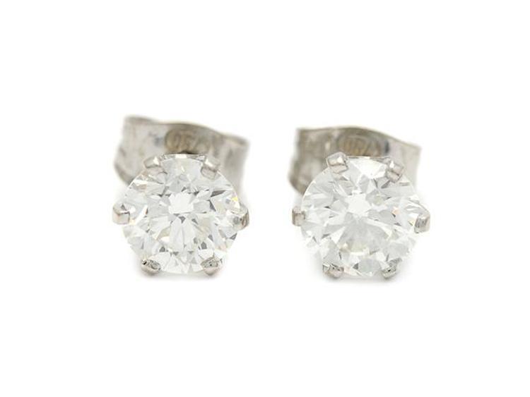 Örhängen, 18K vitguld, 2 briljantslipade diamanter, 2,02 ct, ca W(H)/VS2, en natural på rondisten, vikt 2 g, stift. Utropspris 77 000 SEK.