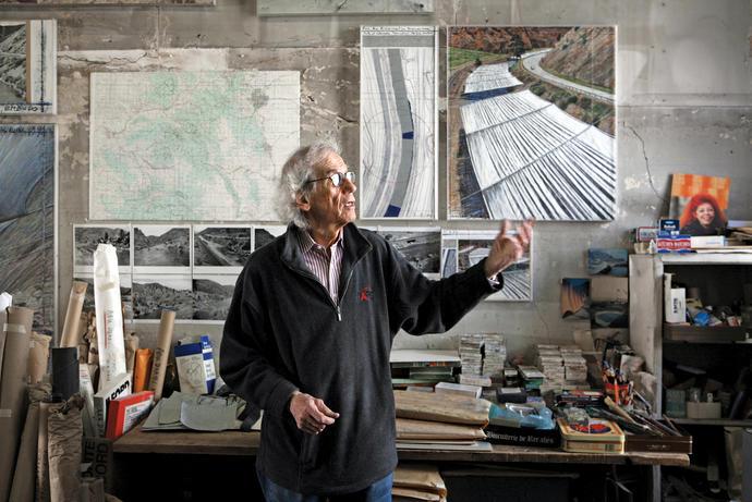 Christo dans son atelier avec une oeuvre préparatoire pour Over The River, 2011 Photo: Wolfgang Volz © 2011 Christo