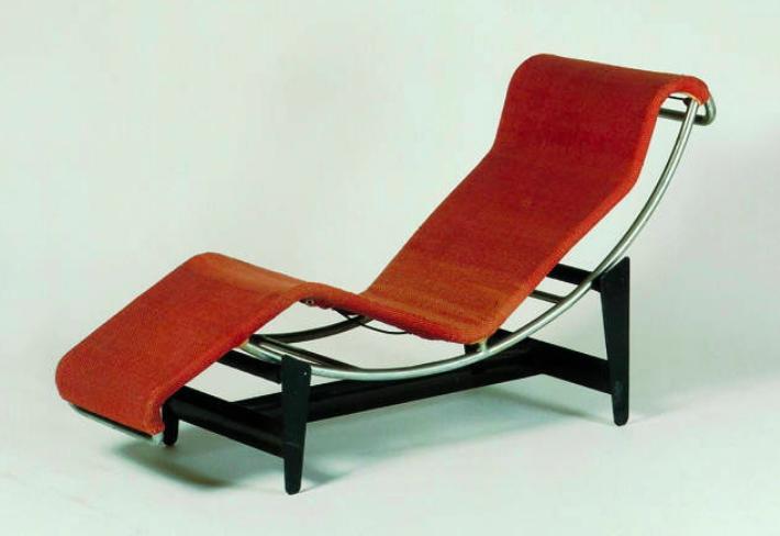 La chaise longue B306 conçue en 1928 par Perriand fait partie de ses plus grand succès. Ci-dessus, un prototype de la chaise longue Image via Vitra Design Museum