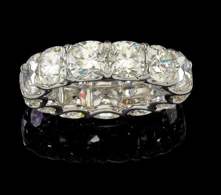 Memory-Ring aus Platin mit Diamanten im antikovalen modifizierten Brillantschliff (zus. ca. 10,90 ct) Rufpreis: 20.000 EUR