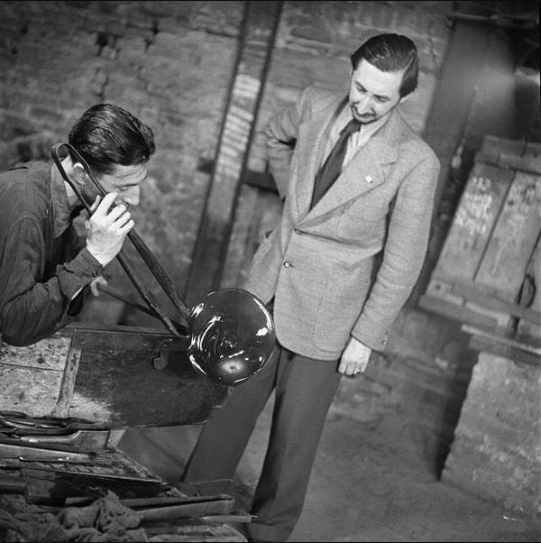 Carlo Scarpa, t.h., med glasblåsare Arturo Biasutto i Veninifabriken, Murano 1943. Bild: panono.com