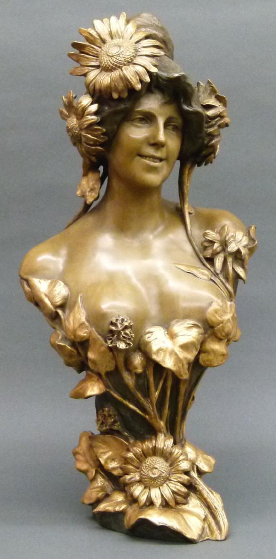 """Jugendstilbüste """"Hyliothrope"""" Jugendstilmädchen mit Blüten und Sonnenblumen, teilvergoldet, Entwurf: A. Bertrand, Wien, um 1900, signiert, Keramik, seltenes Sammlerstück. Schätzpreis: 3.500 EUR"""
