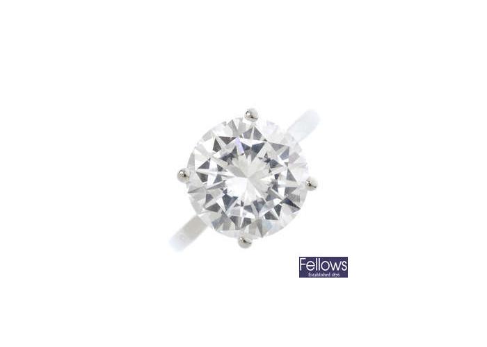 Anillo de platino y de diamantes en una sola piedra