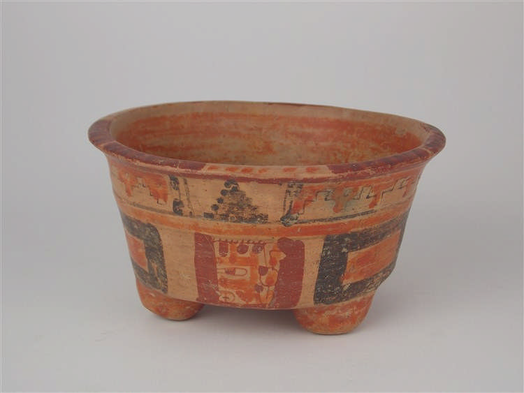 Keramikgefäß mit drei Füßen und polychromer Bemalung, Maya-Kultur, wohl El Salvador