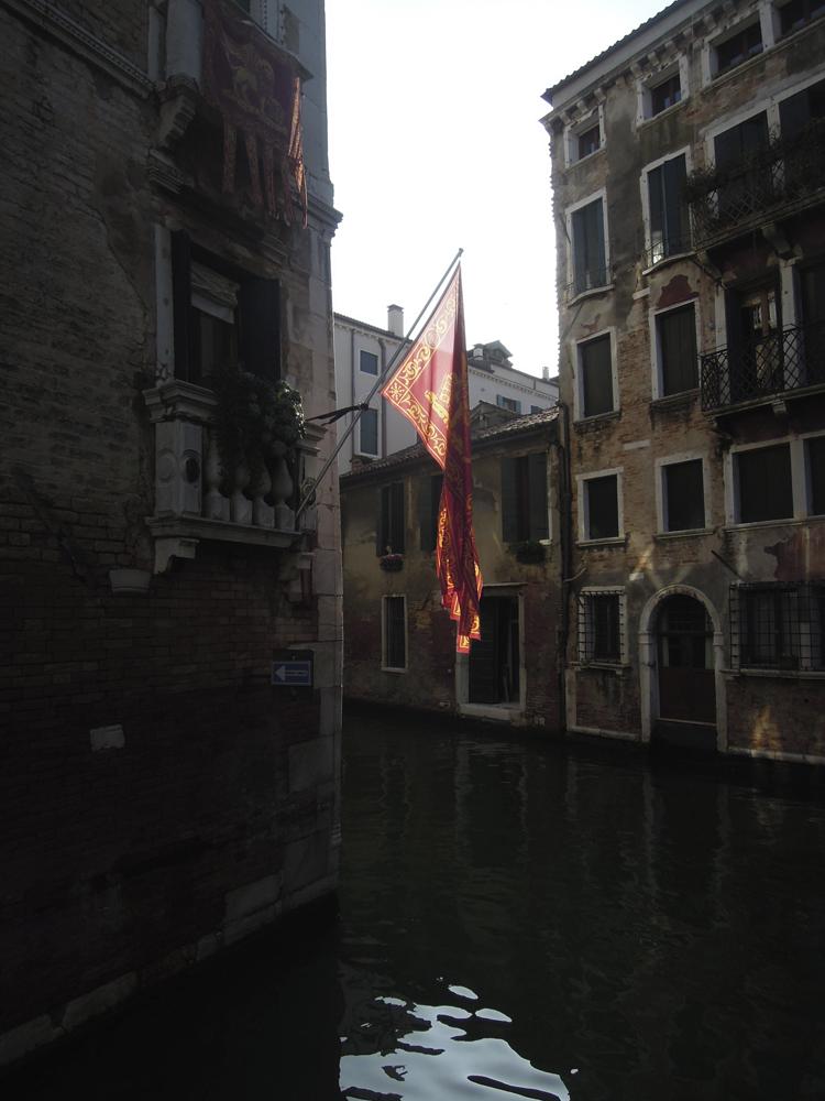 Kanal med flagga.