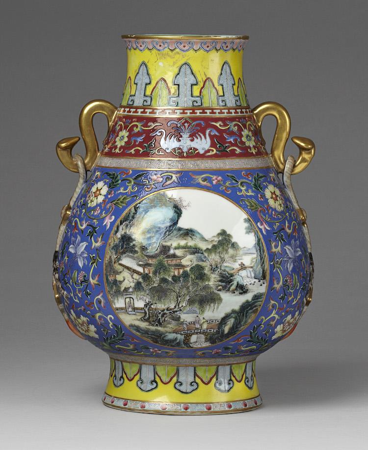 Den kinesiska päronformade vasen i famille rose från fang hu klubbades för 260 000 kronor mot utrop 20-30 000 kronor
