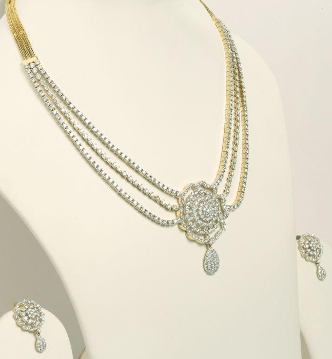Schmuckset aus Gelbgold, Collier und 1 Paar Ohrringe, besetzt mit Diamanten im Brillantschliff (zus. 21,92 ct) Schätzpreis: 28.000-37.000 EUR Ergebnis: 22.001 EUR