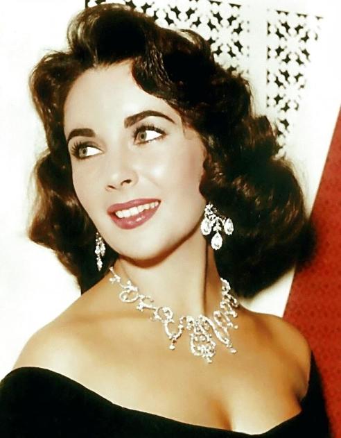 Liz Taylor porte une rivière de diamants et des pendants d'oreilles en diamants
