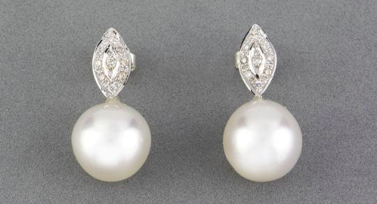 Paire de pendants d'oreilles diamants et perles Adjugée 200 euros