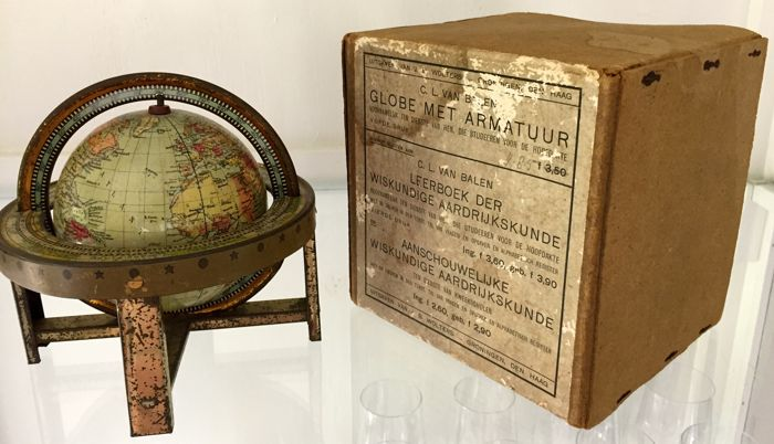 Globe from 1915, with it's original case. Photo: Catawiki.