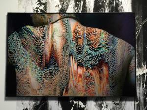 Lager på lager. Maya Rochat använder digitalt och analogt samt bearbetar för hand. Hon har även skapat tapeten bakom fotot, speciellt för Unseen.