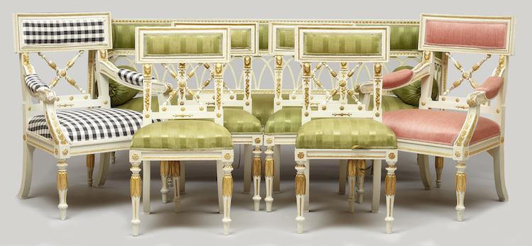 Salongsmöbel, sju delar Bestående av två armlänstolar, fyra stolar samt soffa. Empirestil, 1800-tal och 1900-tal. Fast stoppning, soffan med lös stoppad sits. Dekor i egyptiserande stil. Utropspris: 6 000 SEK