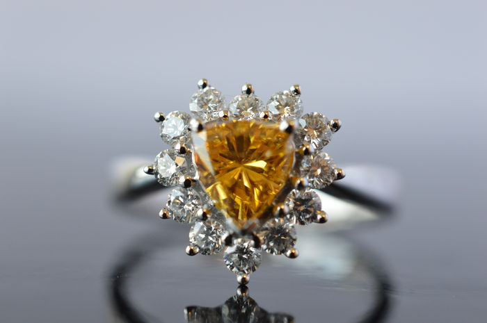 Weißgoldring mit herzförmigem Fancy-Diamanten in intensivem Gelb-Orange (0,80 ct) und 12 Brillanten (zus. ca. 0,72 ct) Schätzpreis: 18.000-24.000 EUR Auktionsende: 11. Dezember, 20 Uhr