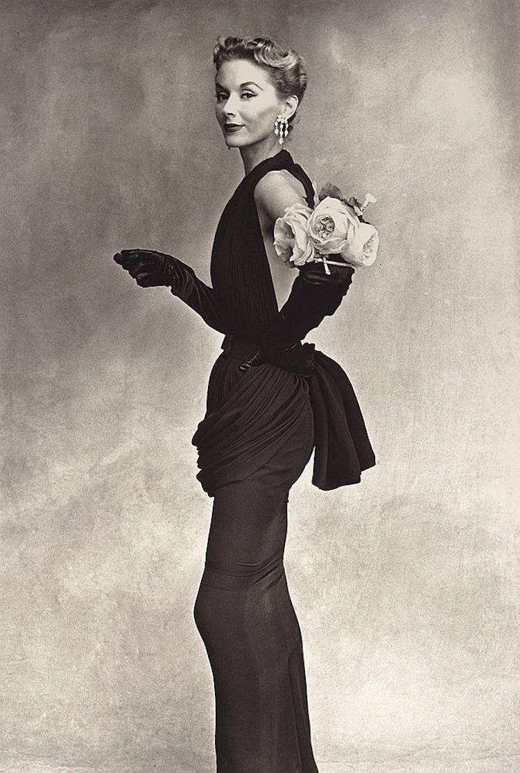 """Irving Penn, """"Lisa Fonssagrives-Penn (Woman with rose on her arm)"""", 1950.Signerad Irving Penn och numrerad 17/40 samt daterad November 1977 a tergo. Utropet på Bukowskis är 1-1 500 000 kronor"""
