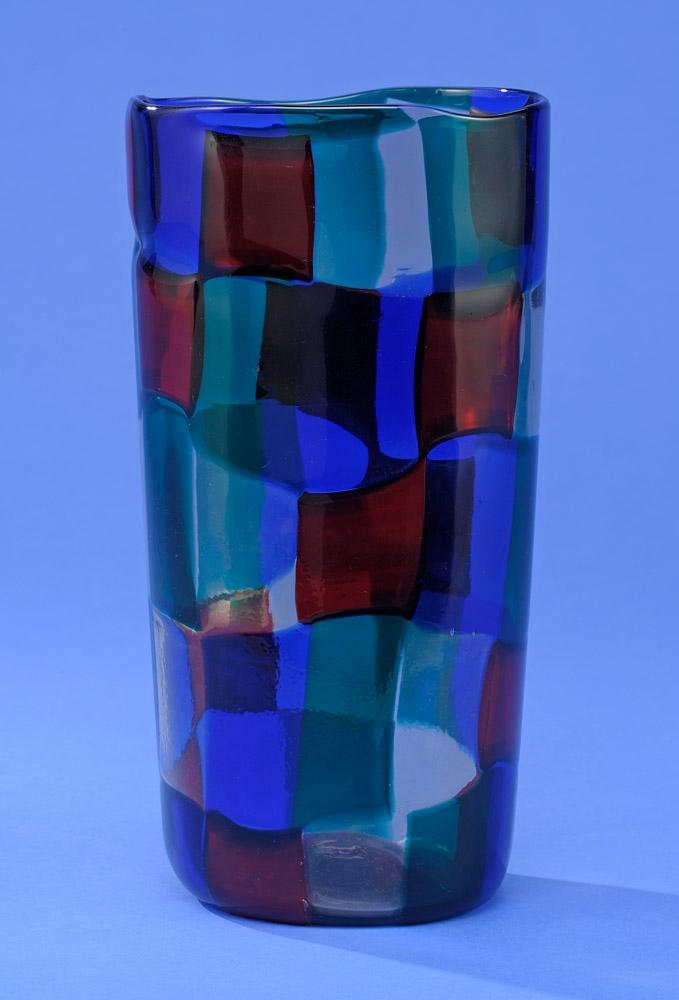 Pezzato-Vase von Fulvio Bianconi/Venini 50er Jahre Grün, rot, blau und transparente Glasplättchen, aneinandergeschmolzen. Schätzpreis: 400 EUR. Düsseldorfer Auktionhaus