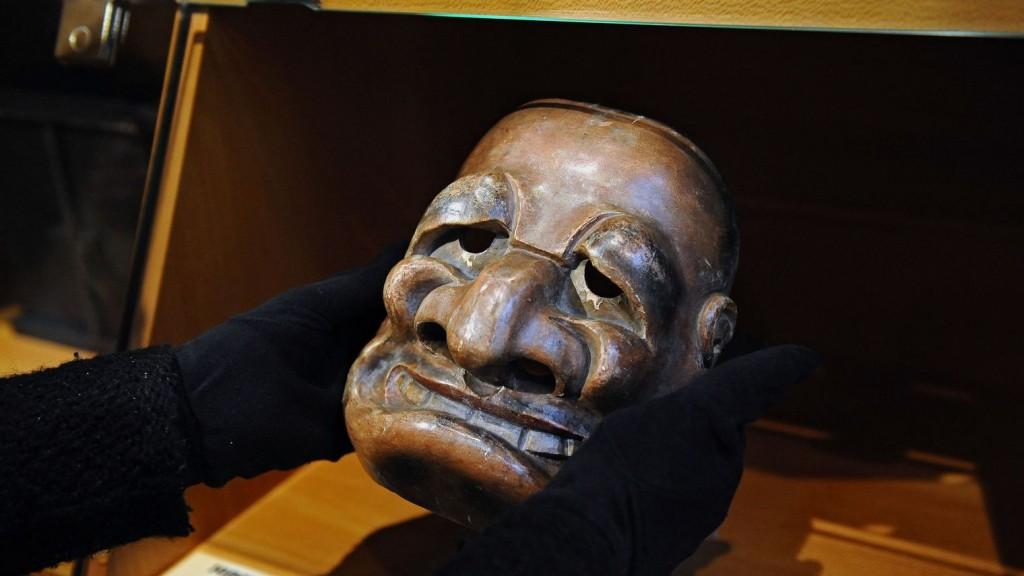 Masque de théâtre en bois de l'époque d'Edo datant de la fin du XVIIIe siècle et rapporté à la fin du XIXe siècle AFP PHOTO/REMY GABALDA