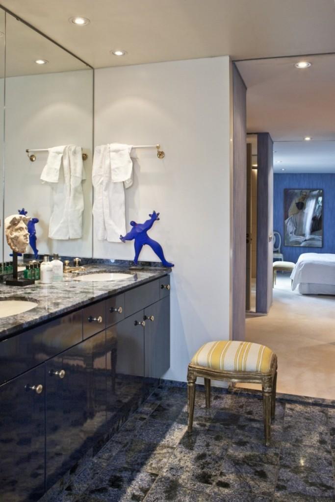 La salle de bain de l'étage est composée d'un rare granit bleu du Brésil