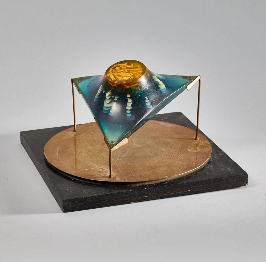 """Nr 1835. Lasse Stevenfeldt (1930-2014), """"Trepol"""", Signerad """"Lasse Stevenfeldt 1971"""", trä, mässing och plast, 27x27 cm, höjd: 17 cm"""
