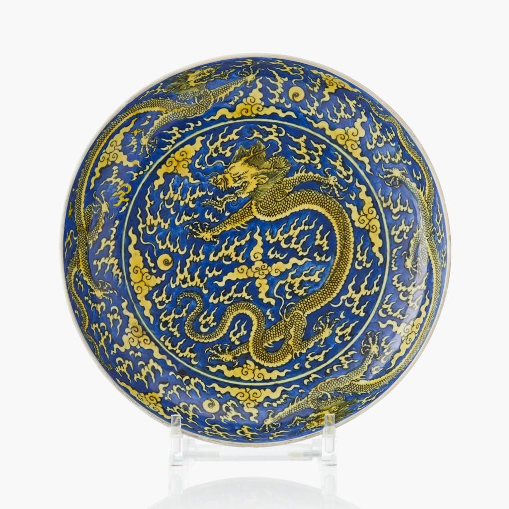 Plat « dragon » bleu et jaune de la période Kangxi, image ©Uppsala Auktionskammare