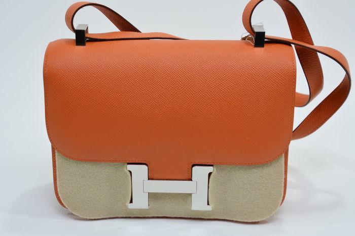 Bolso HERMÈS, modelo Constance en cuero de color naranja. Precio estimado: 12.800-16.640 €